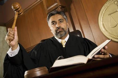 שופטים שלא יחליטו לעולם מול שופטים שיחליטו על סמך נתונים חסרים.